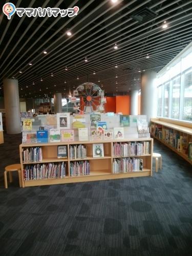 山梨県立図書館(1F)
