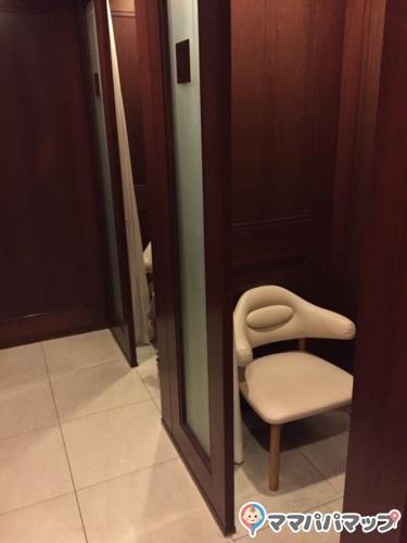 京都ホテルオークラ(1 階ロビー ベルデスク近く)